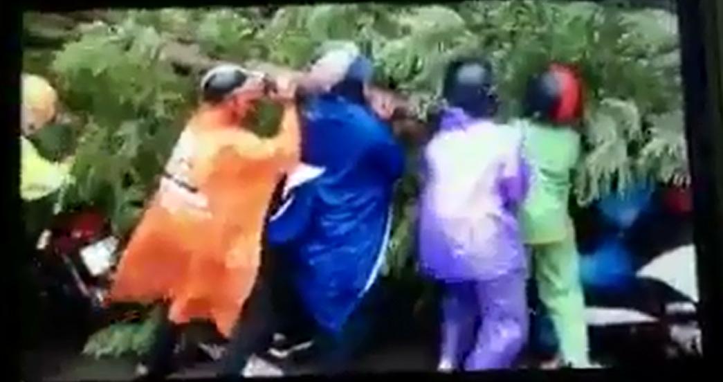 Những hình ảnh người dân Hà Nội chung tay cứu người chiều 28/7. (Ảnh: Cắt từ clip)