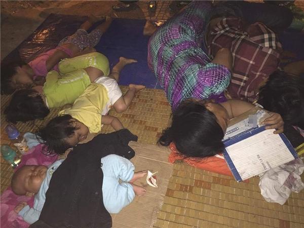 Quặn lòng thương 4 đứa trẻ không nhà, nằm co ro giữa đêm mưa bão