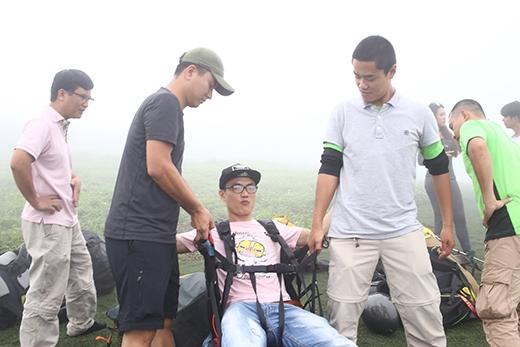 Tuy nhiên, với sương mù dày đặc, các chuyên gia nhảy dù đã không thể tiến hành như dự định.