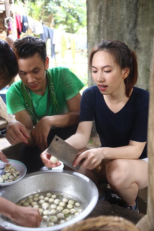 Cả 3 cùng tham gia chế biến các món ăn cho bữa cơm gia đình.