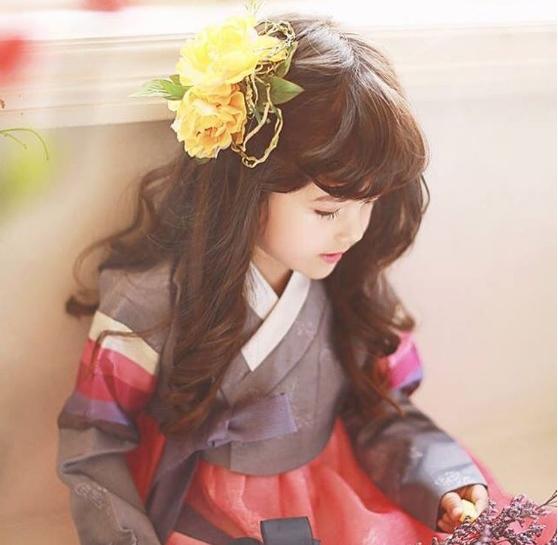 Mina bỗng chốc hóa cô thiếu nữ bé nhỏ trong bộ trang phục truyền thống.