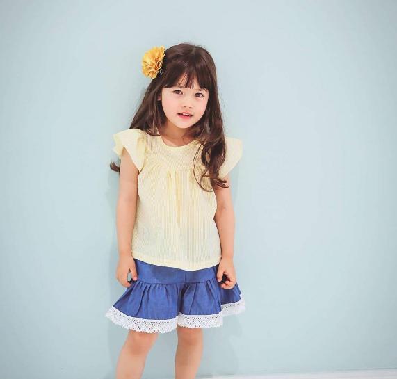 Ngay từ nhỏ, Minađã làm mẫu nhí cho nhiều thương hiệu thời trang.