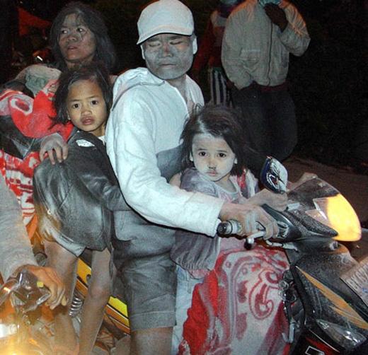 Một gia đình đang đi sơ tán với gương mặt nhem nhuốc tro bụi từ núi lửa.Núi lửa Sinabung trên đảo Sumatra, Indonesia phun trào dữ dội sau 400 năm ngủ vùi, khiến khói và tro núi lửa phủ kín khu vực trong bán kính 30km,ảnh hưởng đến cuộc sống của 34.000 người dân.