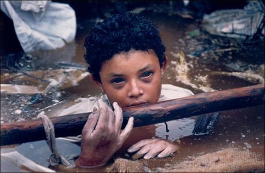 Cô bé Omayra Sanchez,13 tuổi, bị kẹt trong đống đổ nát lên tới cổ do núi lửa Ruiz phun trào năm 1985. Đội cứu hộ bất lực, mọi hành động giải cứu đều không thành công. Omayra cầm cự được 3 ngày nhờ lòng tốt của những người xung quanh, cuối cùng tử vongvìhoại tử và hạ thân nhiệt. Hình ảnh đôi mắt vô hồn khi dần mất đi sự sốngcủa em đã từng ám ảnhcả thế giới.