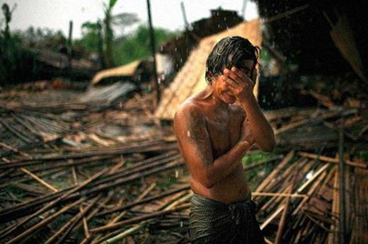 Một chàng trai đau khổ bật khóctrước cảnh đổ náttại Rangyoon -thành phố lớn nhất Myanmar, sau khi cơn siêu cuồng phong Nargis quét qua vào năm2008. Cơn bão khiến gần 140.000 người thiệt mạng.