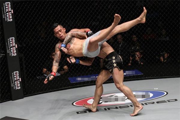 Martin Nguyen bị đối thủ vật ngã ở phút đầu tiên của hiệp đấu.