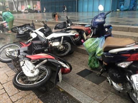 Dân công sở Hà Nội đi làm bị bão thổi bay xe vào sáng nay. Ảnh: Internet