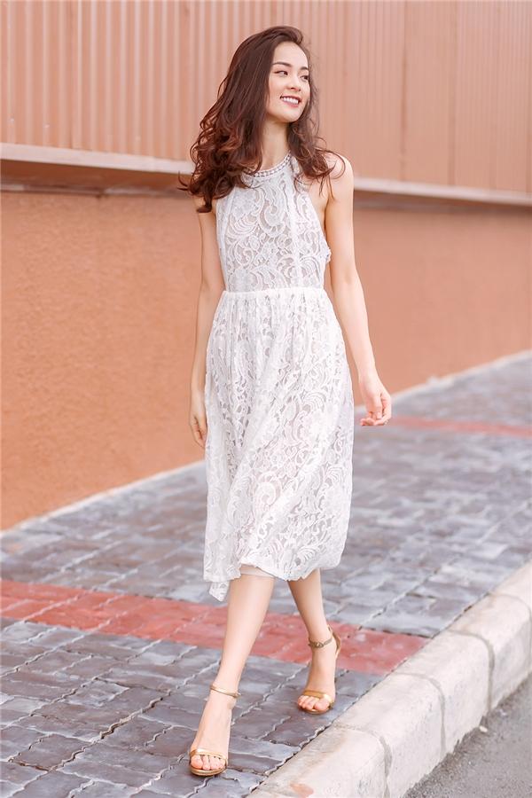 Thiết kế với phần cổ yếm kết hợp chân váy xòe khắc họa nét đẹp dịu dàng, mong manh của Hạ Vi.
