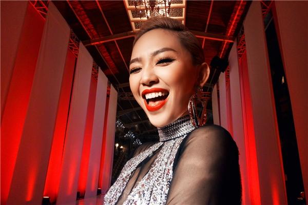 Trước khi các thí sinh bước vào thử thách, Tóc Tiên là người đích thân đứng ra thị phạm. Trong điều kiện thiếu ánh sáng, nữ ca sĩ vẫn mang đến những khung ảnh, khoảnh khắc vô cùng bắt mắt, thu hút.