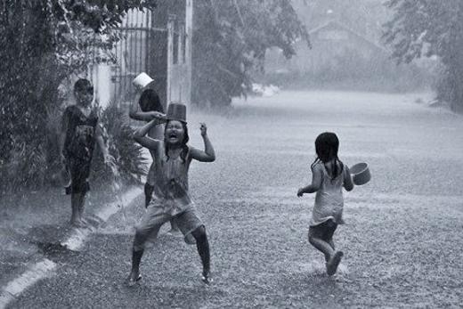 Mẹ tắm thì phải 5 hồi 10 hịch mới chịu nghe lời. Còn trời đổ cơn mưa là tự nguyện xách ca ra dội nước.