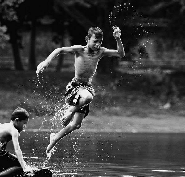 """""""Tuổi thơ dữ dội"""" là khi bạngọi anh em í ới đi chặt chuối đóng bè. Cái bè mấtcả mấy tiếng mới hoàn thành đến khi vừa trôi xuống nước đã một ngã một cây. Cả đám lại hì hục kéo vào đóng lại."""