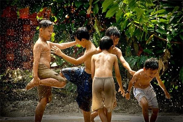 """Cứ hễ có mưa tới là y như rằng hôm đó được """"tắm hội đồng"""" với anh em. Ai mà chẳng có thời cởi truồng tắm mưa không biết xấu hổ chứ."""