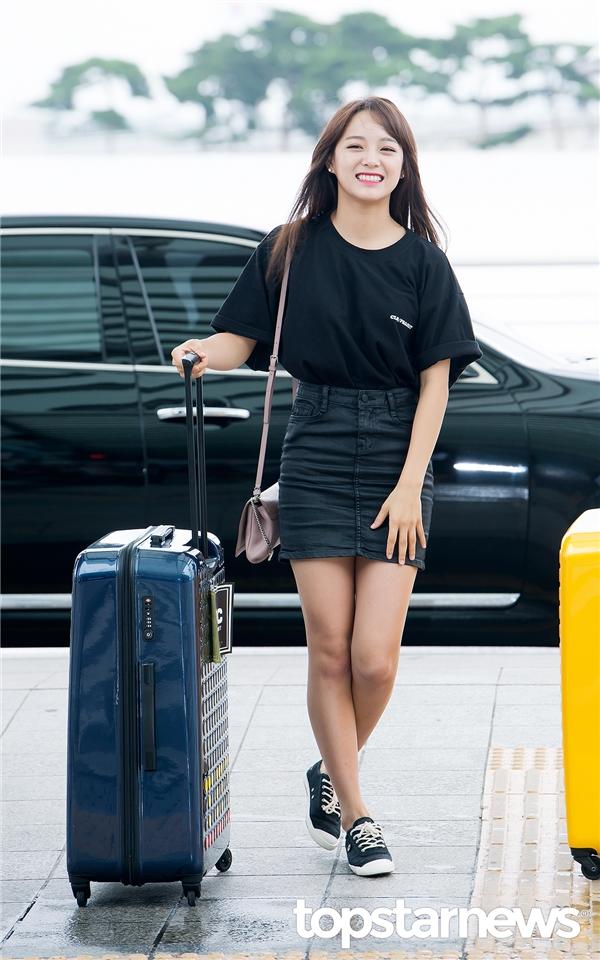 """Tại sân bay, Sejeong trong trang phục đơn giản nhưng toát lên vẻ nữ tính cuốn hút. Cô nàng thu hút truyền thông và """"ghi điểm"""" với các fan khi liên tục vẫy tay chào. Có vẻ như thành viên IOI cũng không ngần ngại đánh mất hình tượng với nụ cười ngoác mồm hết cỡ trông rất đáng yêu."""