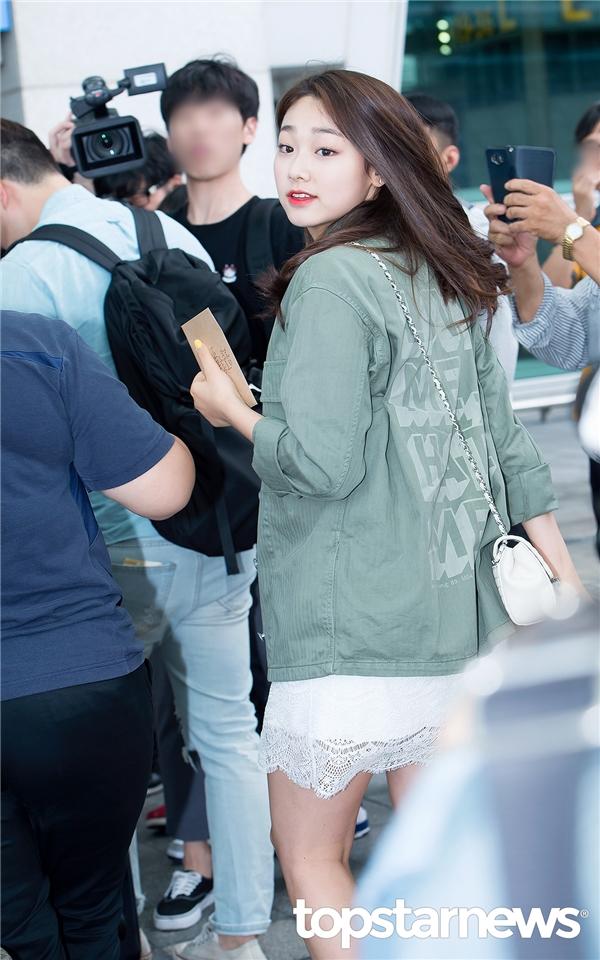 Trong khi đó, cô bạn cùng nhóm của Sejeong, Mina lại dịu dàng và nhẹ nhàng hơn. Gương mặt bầu bĩnh cùng đôi mắt cười của nữ thần tượng đã nhanh chóng hớp hồn những người có mặt tại sân bay.