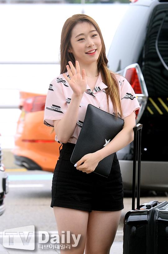 """Giọng ca """"khủng"""" của IOI,Yoo Yeonjung diện trang phục đời thường như vẫn không kém phần nổi bật nhờ nụ cười hiền lành, thân thiện."""