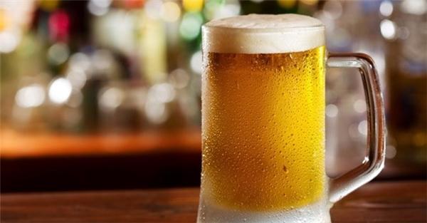 Nước tiểu có thể được chế biến thành một ly bia lạnh ngon lành để thưởng thức. (Ảnh: internet)