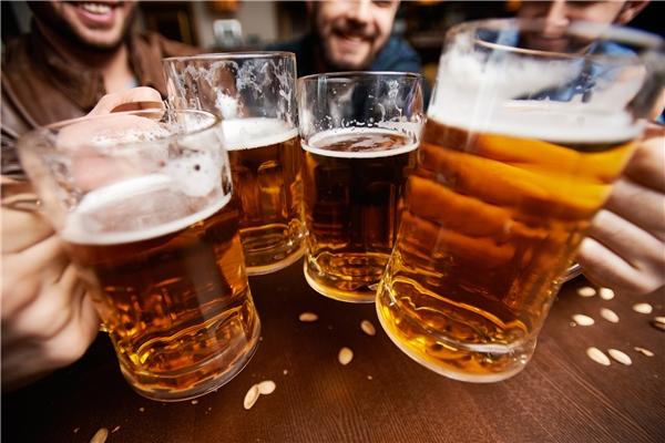Nhóm nghiên cứu tự tin dùng bia được chế biến từ nước tiểu. (Ảnh: internet)