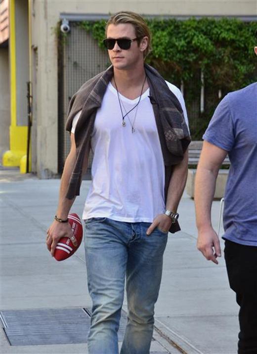 """Áo thun trắng kết hợp cùng quần jeans bạc màu là một combo """"siêu kinh điển"""" khiến các chàng trông chất và ngầu ở mọi thời điểm, nhất là khi chàng chính là """"Thần Sấm"""" Chris Hemsworth."""