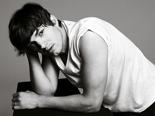 Ashton Kutcher lúc nào cũng trông phong độ thế này thì hỏi sao Mila Kunis không mê cho được chứ.