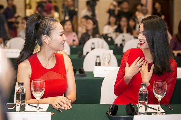 Cô có nhiều thời gian trò chuyện cùng ca sĩ Thu Minh -một trong những nghệ sĩ Việt tiên phong cho các dự án bảo vệ động vật hoang dã. - Tin sao Viet - Tin tuc sao Viet - Scandal sao Viet - Tin tuc cua Sao - Tin cua Sao