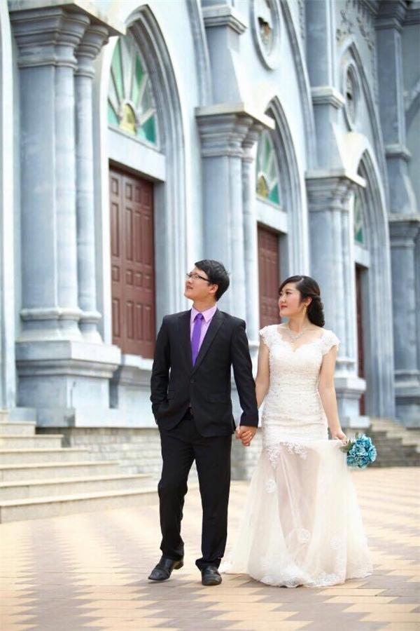 Ảnh cưới của chị Trâm cùng chồng.