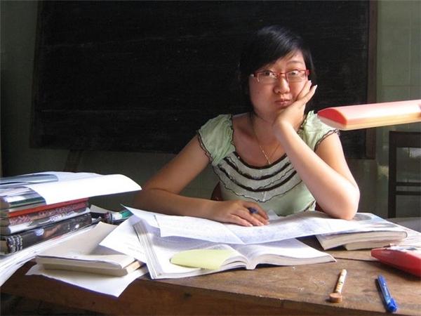 Đây là bức ảnh chụp ngày người mẹ trẻ còn chưa lấy chồng, vẫn đang vùi đầu vào bài vở trên trường.