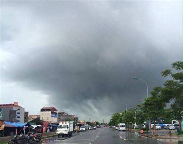 Vòi rồng xuất hiện ở Quảng Ninh khiến người dân khiếp sợ. Ảnh: Internet