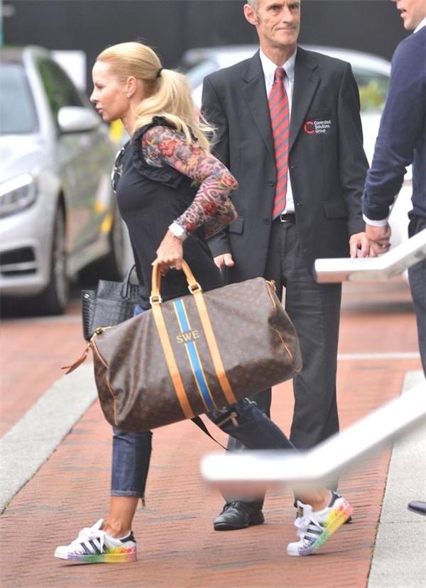 Khoảng 3h chiều 26/7 theo giờ Anh, cô vợ Helena Sager tất bật dọn đồ rời khỏi khách sạn Lowry. Đây là địa điểm đóng quân của MU mỗi khi đội chơi bóng tại Old Trafford. Các sao mới gia nhập MU cũng lưu trú tại đây trước khi tìm được nơi ăn chốn ở lâu dài. Đại diện khách sạn Lowry không đưa ra bình luận khi phóng viênMirrorphỏng vấn.