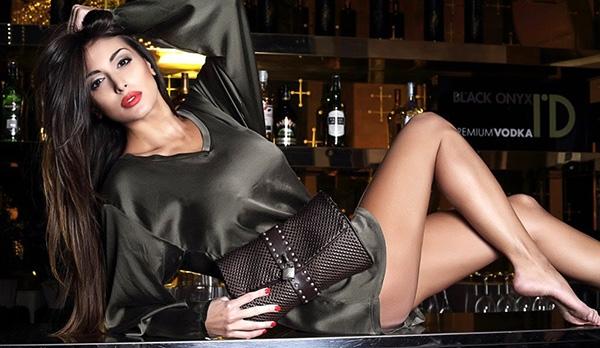 Cristina là siêu mẫu ngực trần nổi tiếng ở Italia