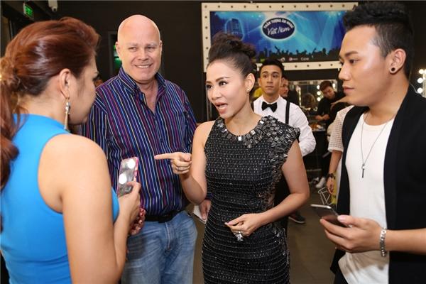 Thu Minh dặn dò thí sinh trước khi lên sân khấu.