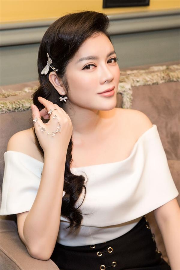 Cô cũng diện một thiết kế trễ vai gợi cảm với hai sắc màu trắng, đen tương phản. Đi kèm trang phục là những bộ trang sức kim cương đáng giá cả một gia tài.