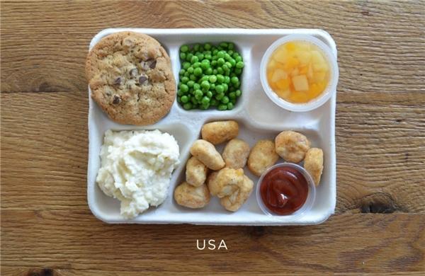 Mỹ: Gà rán popcorn, khoai tây nghiền, đậu hạt, hoa quả đóng hộp, bánh quy socola.