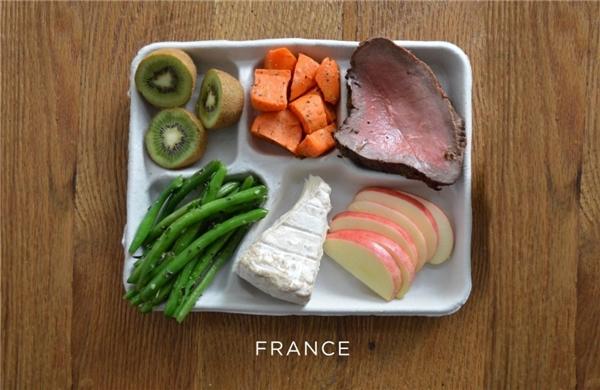 Pháp: Bít tết, cà rốt, đậu cô ve, pho mát, hoa quả tươi.