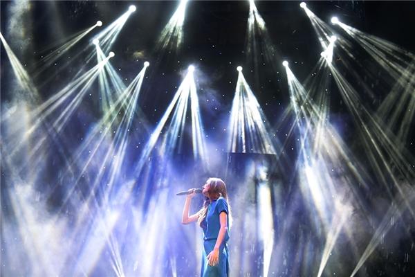 Ngoài phần âm nhạc được tập dợt kĩ lưỡng,sân khấu và ánh sáng cũng được đầu tư công phu, hoành tráng. - Tin sao Viet - Tin tuc sao Viet - Scandal sao Viet - Tin tuc cua Sao - Tin cua Sao