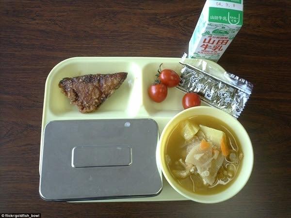 Nhật Bản: cá chiên, rong biển khô, cà chua, súp miso với khoai tây, cơm trắng và sữa.