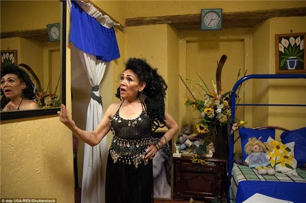 Angelica đã từng là một ca sĩ và vũ công. Bà đang thoải mái luyện giọng ở trong phòng mình.