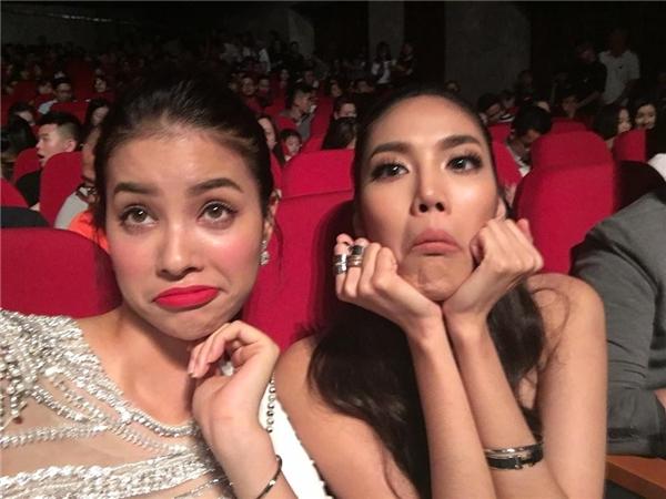 Nhiều fan tinh ý phát hiện 2 nàng Hoa hậu bí mật đeo vòng đôi. - Tin sao Viet - Tin tuc sao Viet - Scandal sao Viet - Tin tuc cua Sao - Tin cua Sao