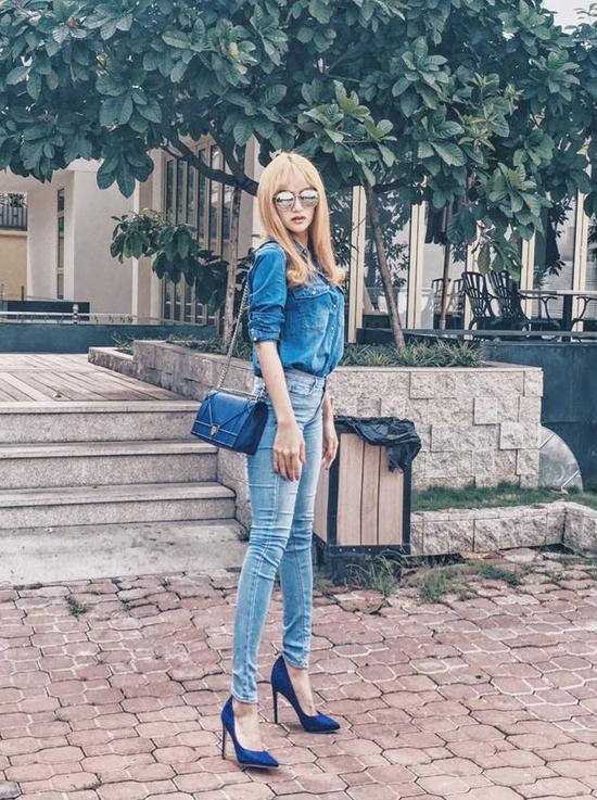 Cùng áp dụng phong cách denim, Hương Giang Idol lại mang đến một tổng thể đồng nhất từ trang phục đến phụ kiện với sắc xanh. Từ khi thay đổi màu tóc, nữ ca sĩ trông hiện đại, ấn tượng hơn hẳn.