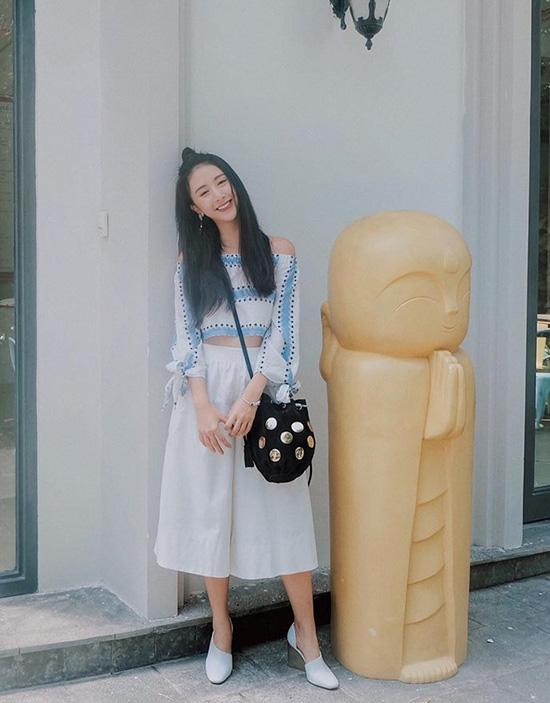 Cùng một họa tiết, Quỳnh Anh Shyn lại là sự gợi cảm của áo trễ vai cùng quần culottes thanh lịch. Hot girl Hà thành tạo điểm nhấn cho bộ trang phục bằng giày đế thô kết hợp túi đính ánh kim nổi bật.