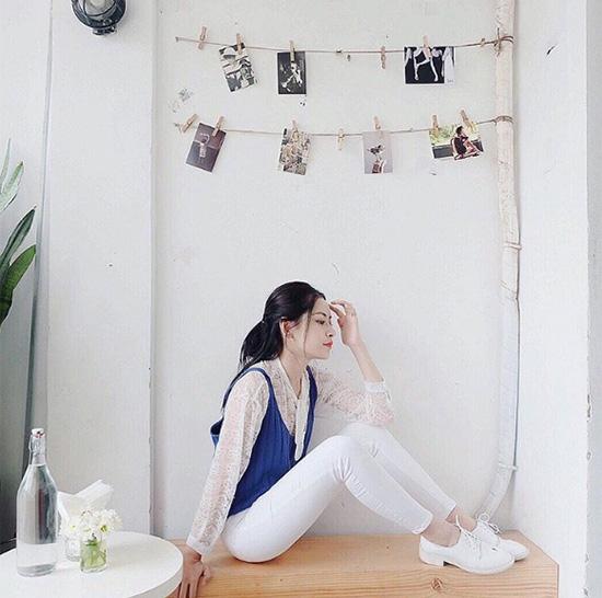 Chi Pu nhấn nhá cho cả cây trắng bằng chiếc áo xanh nổi bật, làm gợi nhớ đến hình ảnh của những cô gái Nhật Bản bước ra từ truyện tranh.
