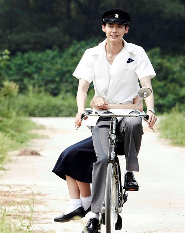 "Lee Jong Suk chở Park Bo Young trong ""Hot Young Blood"". (Ảnh: Internet)"