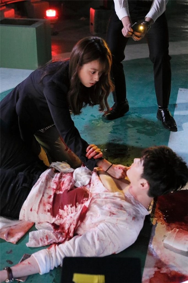 Lee Jong Suk bị thương và được Han Hyo Joo cứu.(Ảnh: Internet)