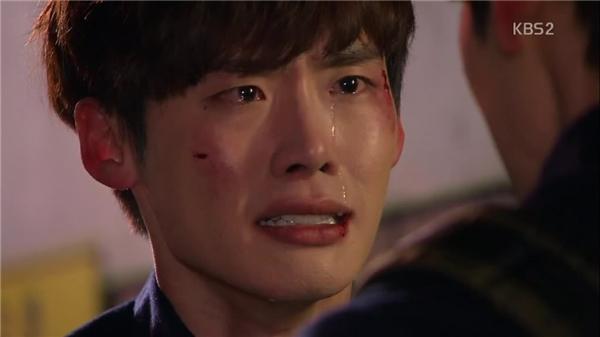 Lee Jong Suk nói trong nước mắt.(Ảnh: Internet)