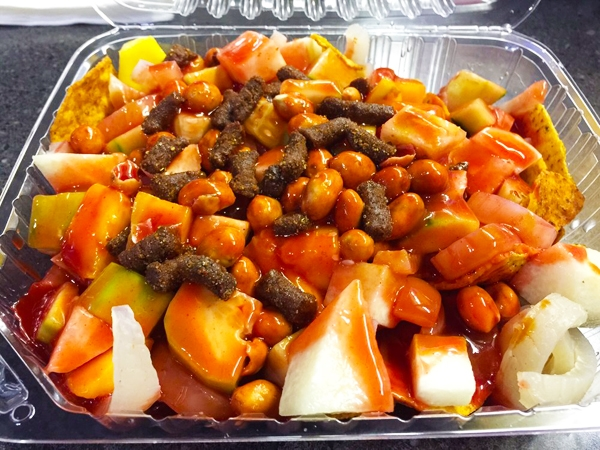 Rạp chiếu phim Mexico lại phục vụ móntostilocos nóng hổi, thơm ngon làm từ da lợn muối, salad và bánh ngô.