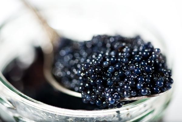 """Xa xỉ nhất phải kể đến món trứng cá tầm đen caviar, món ăn chỉ xuất hiện ở nhà hàng 5 sao lại được bán ở nhiềurạp chiếu phim Nga. Tất nhiên cũng chỉ có đại gia mới lựa chọn """"ăn chơi"""" khi coi phim thôi."""