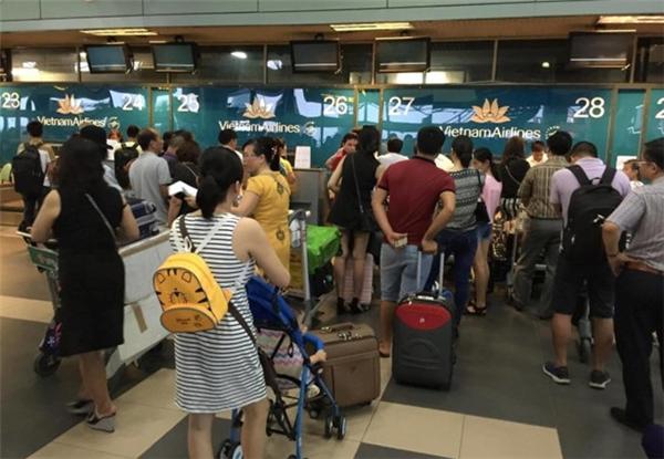 Lượng hành khách bị ùn ứ sau vụ tấn công của tin tặc. (Ảnh: internet)