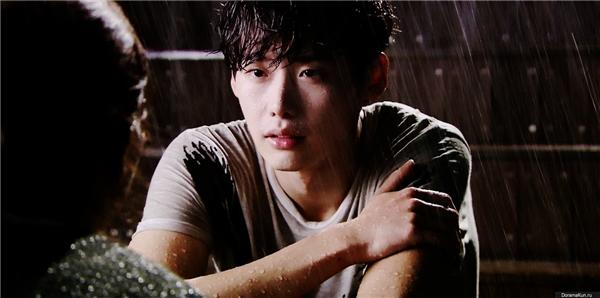 Park Soo Ha chờ Jang Hye Sung trong mưa. (Ảnh: Internet)