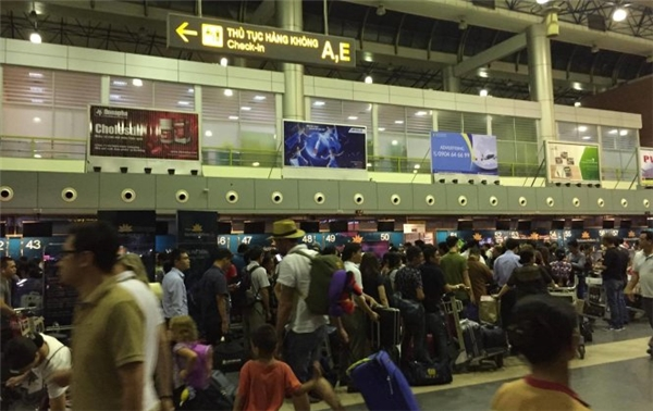 Hành khách ùn ứ chờ làm thủ tục tại sân bay Nội Bài. (Ảnh: H.N)