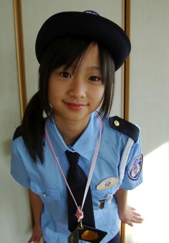 Dù mặc đồng phục cảnh sát nghiêm túc...