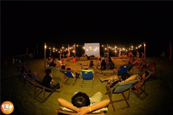 """Khác với mùa đầu tiên chỉ có đêm nhạcvà lửa trại, thì trong mùa thứ hai đãcó thêm một trải nghiệm cực đãlà """"Rạp chiếu phim bãi biển"""" đầu tiên ở Việt Nam. Đây là một trong những hoạt động thu hút rất đông các """"cú đêm"""" tham dự."""